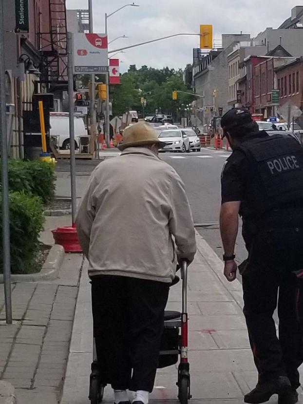 Les agents se proposèrent pour escorter George lors de son aller-retour à la banque.