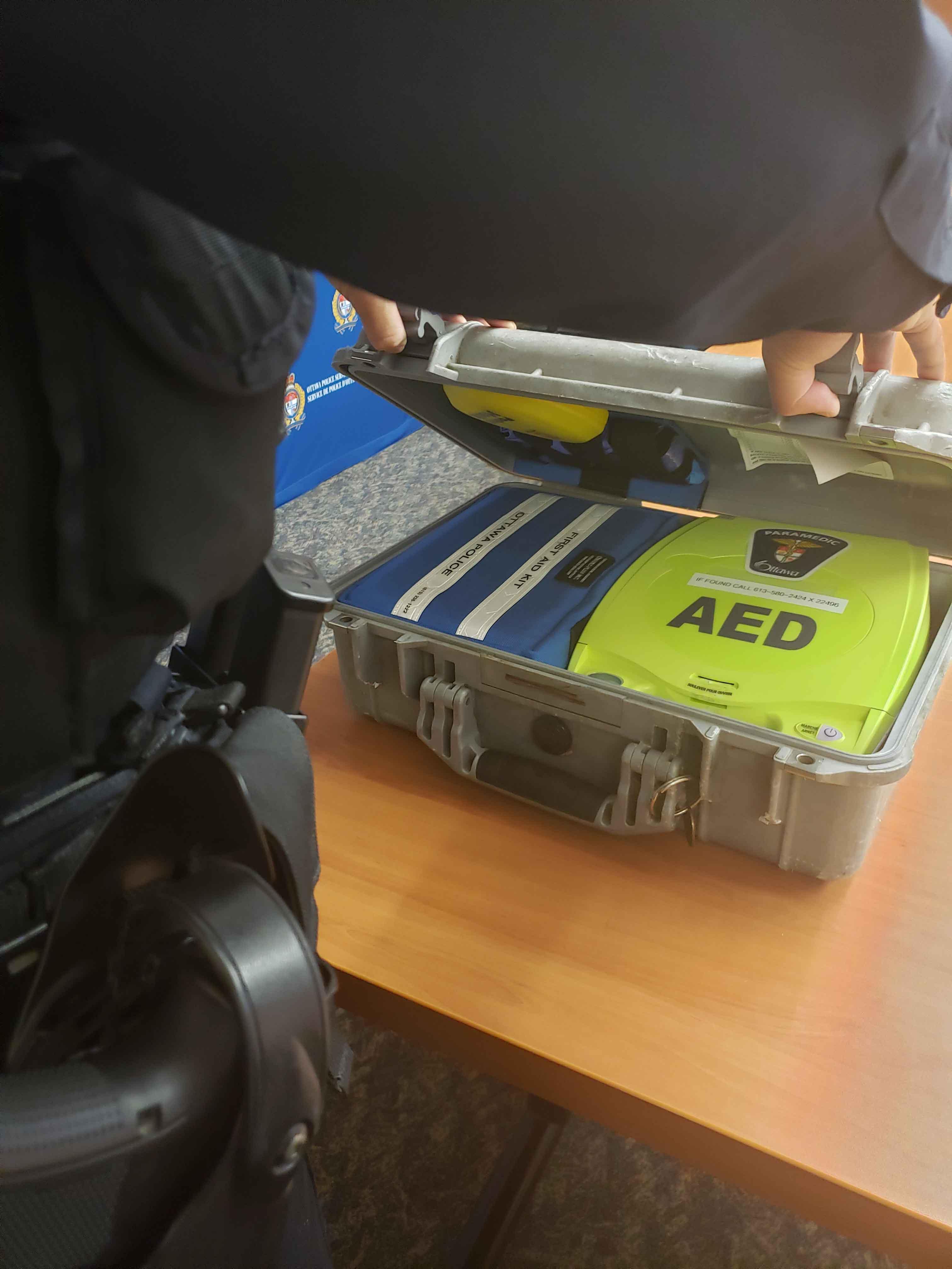 Nos policiers transportent des défibrillateurs dans leurs véhicules de police